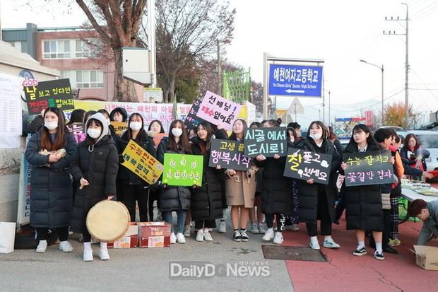 Các em khoá dưới cổ vũ anh chị lớp 12 thi ĐH ở Hàn Quốc: Cởi trần, quỳ lạy, hú hét như fan cuồng đón idol - Ảnh 10.
