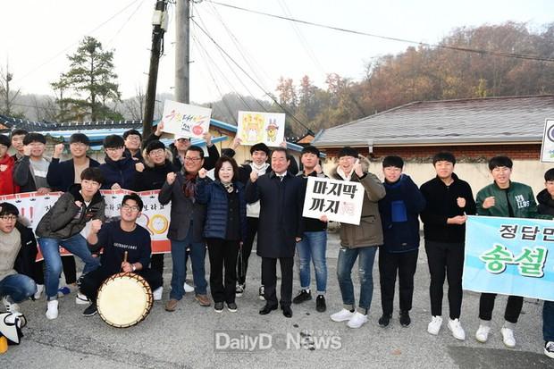 Các em khoá dưới cổ vũ anh chị lớp 12 thi ĐH ở Hàn Quốc: Cởi trần, quỳ lạy, hú hét như fan cuồng đón idol - Ảnh 11.