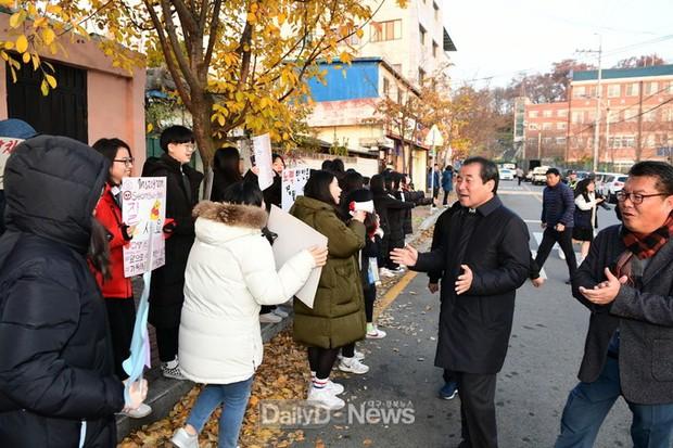 Các em khoá dưới cổ vũ anh chị lớp 12 thi ĐH ở Hàn Quốc: Cởi trần, quỳ lạy, hú hét như fan cuồng đón idol - Ảnh 13.