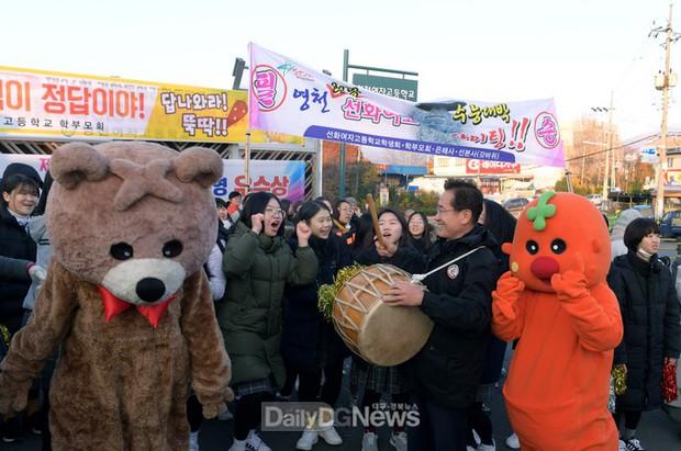Các em khoá dưới cổ vũ anh chị lớp 12 thi ĐH ở Hàn Quốc: Cởi trần, quỳ lạy, hú hét như fan cuồng đón idol - Ảnh 14.