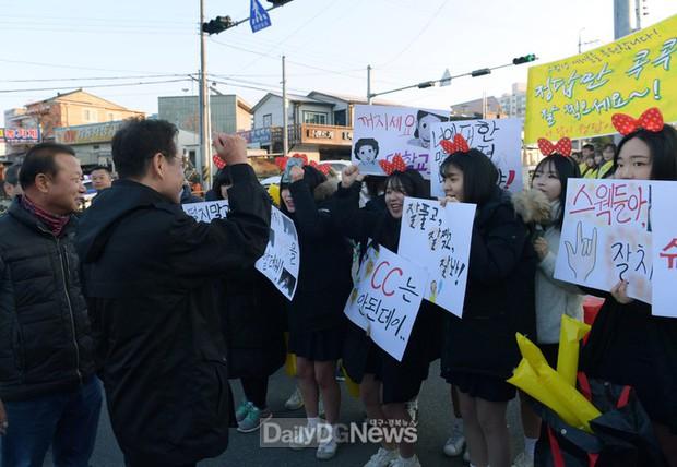 Các em khoá dưới cổ vũ anh chị lớp 12 thi ĐH ở Hàn Quốc: Cởi trần, quỳ lạy, hú hét như fan cuồng đón idol - Ảnh 15.