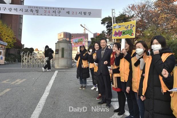 Các em khoá dưới cổ vũ anh chị lớp 12 thi ĐH ở Hàn Quốc: Cởi trần, quỳ lạy, hú hét như fan cuồng đón idol - Ảnh 18.