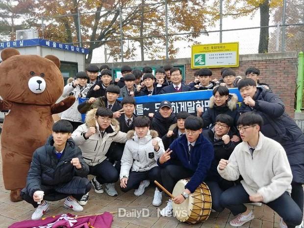 Các em khoá dưới cổ vũ anh chị lớp 12 thi ĐH ở Hàn Quốc: Cởi trần, quỳ lạy, hú hét như fan cuồng đón idol - Ảnh 19.