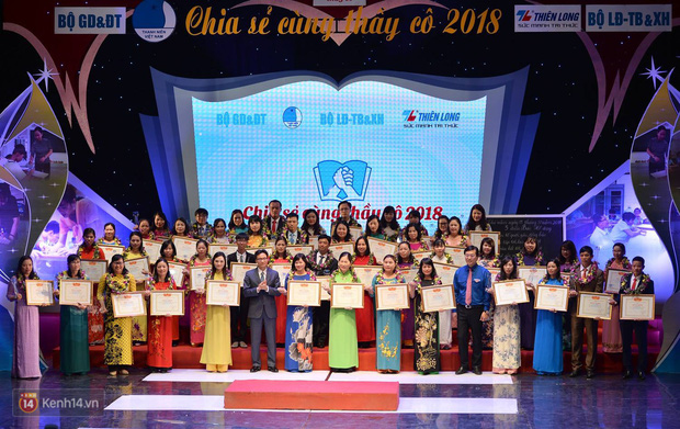 Xúc động buổi lễ tuyên dương 48 thầy cô giáo dạy học sinh khuyết tật trong chương trình Chia sẻ cùng thầy cô 2018 - Ảnh 1.