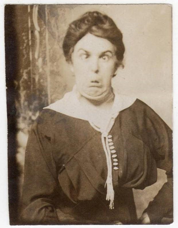 Chụp ảnh 100 năm trước: Nếu cho rằng người xưa chỉ biết ngồi thẳng lưng chụp ảnh thì hãy xem những dáng pose đỉnh cao này - Ảnh 2.