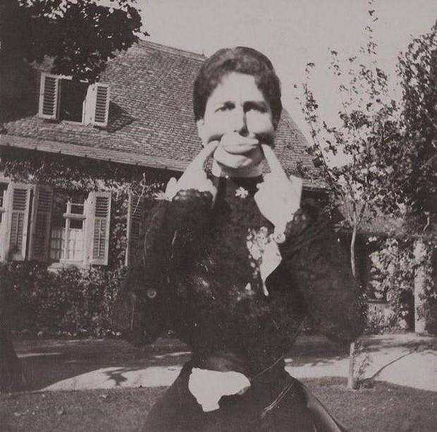 Chụp ảnh 100 năm trước: Nếu cho rằng người xưa chỉ biết ngồi thẳng lưng chụp ảnh thì hãy xem những dáng pose đỉnh cao này - Ảnh 3.