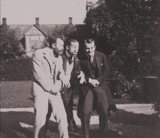 Chụp ảnh 100 năm trước: Nếu cho rằng người xưa chỉ biết ngồi thẳng lưng chụp ảnh thì hãy xem những dáng pose đỉnh cao này - Ảnh 4.