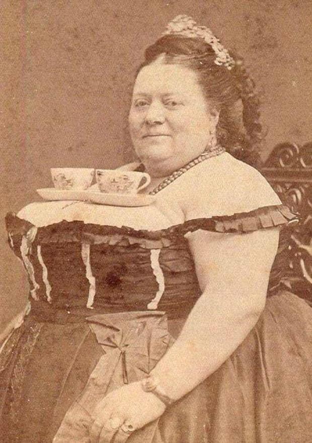 Chụp ảnh 100 năm trước: Nếu cho rằng người xưa chỉ biết ngồi thẳng lưng chụp ảnh thì hãy xem những dáng pose đỉnh cao này - Ảnh 6.