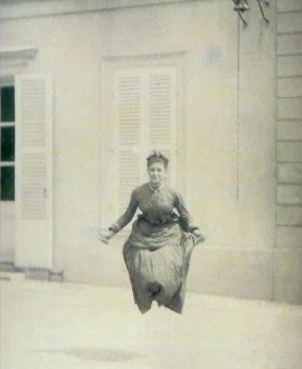 Chụp ảnh 100 năm trước: Nếu cho rằng người xưa chỉ biết ngồi thẳng lưng chụp ảnh thì hãy xem những dáng pose đỉnh cao này - Ảnh 7.
