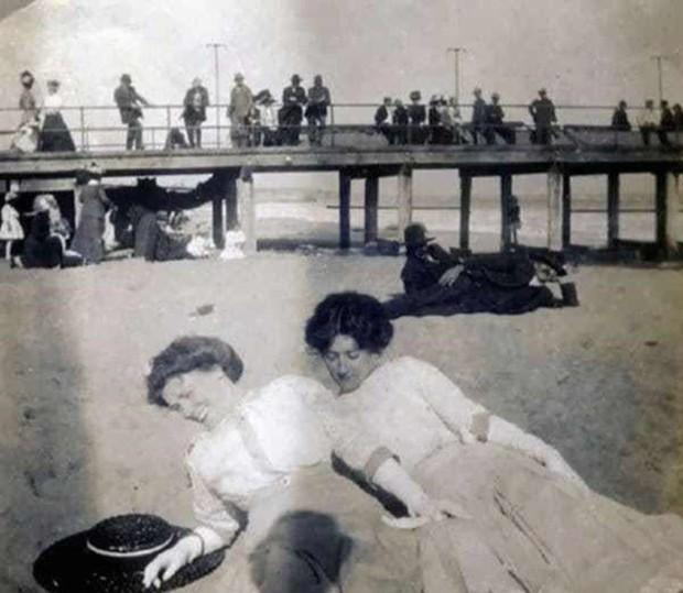 Chụp ảnh 100 năm trước: Nếu cho rằng người xưa chỉ biết ngồi thẳng lưng chụp ảnh thì hãy xem những dáng pose đỉnh cao này - Ảnh 10.