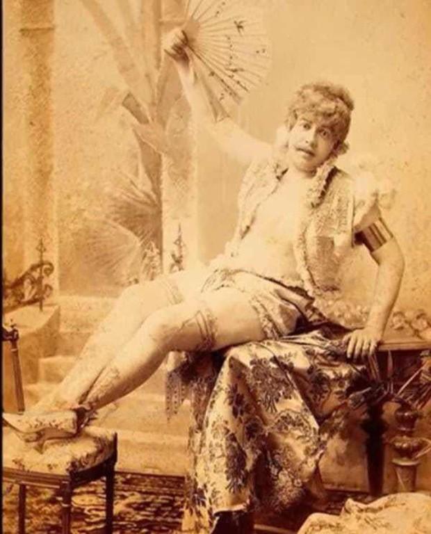 Chụp ảnh 100 năm trước: Nếu cho rằng người xưa chỉ biết ngồi thẳng lưng chụp ảnh thì hãy xem những dáng pose đỉnh cao này - Ảnh 11.
