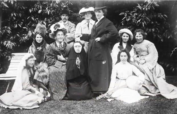 Chụp ảnh 100 năm trước: Nếu cho rằng người xưa chỉ biết ngồi thẳng lưng chụp ảnh thì hãy xem những dáng pose đỉnh cao này - Ảnh 14.