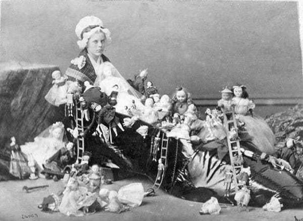 Chụp ảnh 100 năm trước: Nếu cho rằng người xưa chỉ biết ngồi thẳng lưng chụp ảnh thì hãy xem những dáng pose đỉnh cao này - Ảnh 15.