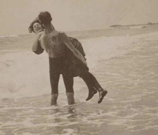 Chụp ảnh 100 năm trước: Nếu cho rằng người xưa chỉ biết ngồi thẳng lưng chụp ảnh thì hãy xem những dáng pose đỉnh cao này - Ảnh 21.