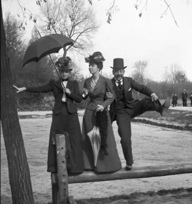 Chụp ảnh 100 năm trước: Nếu cho rằng người xưa chỉ biết ngồi thẳng lưng chụp ảnh thì hãy xem những dáng pose đỉnh cao này - Ảnh 22.