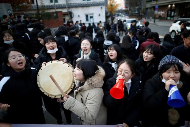 Các em khoá dưới cổ vũ anh chị lớp 12 thi ĐH ở Hàn Quốc: Cởi trần, quỳ lạy, hú hét như fan cuồng đón idol - Ảnh 20.