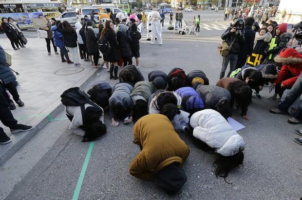 Những điều kỳ dị chỉ có trong kỳ thi ĐH ở Hàn Quốc: Tặng giấy vệ sinh để giải quyết đề nhanh gọn, ngủ quá 4giờ/ngày là thi trượt - Ảnh 1.