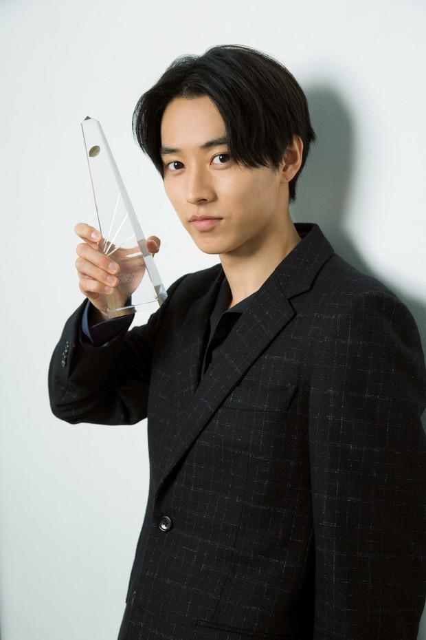 Yamazaki Kento: Từ hoàng tử shoujo mặt đơ đến nam chính xuất sắc giải thưởng truyền hình Nhật Bản - Ảnh 2.