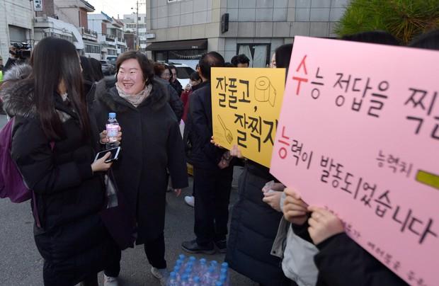 Các em khoá dưới cổ vũ anh chị lớp 12 thi ĐH ở Hàn Quốc: Cởi trần, quỳ lạy, hú hét như fan cuồng đón idol - Ảnh 4.