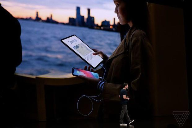 iPad Pro mới có thể sạc pin cho iPhone? Galaxy Note9 đã có tính năng này từ rất lâu rồi - Ảnh 1.