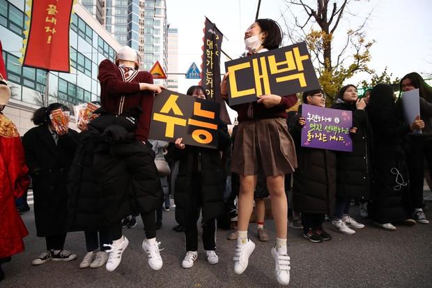 Các em khoá dưới cổ vũ anh chị lớp 12 thi ĐH ở Hàn Quốc: Cởi trần, quỳ lạy, hú hét như fan cuồng đón idol - Ảnh 21.