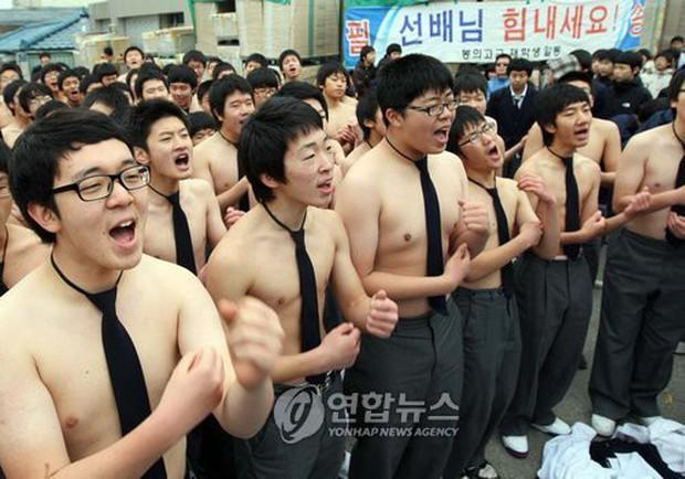 Các em khoá dưới cổ vũ anh chị lớp 12 thi ĐH ở Hàn Quốc: Cởi trần, quỳ lạy, hú hét như fan cuồng đón idol - Ảnh 3.