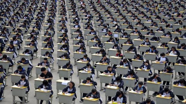 Gaokao - kỳ thi ĐH khốc liệt nhất thế giới ở Trung Quốc: Gian lận phạt tù 7 năm, nữ sinh phải uống thuốc hoãn kinh nguyệt để dự thi - Ảnh 3.