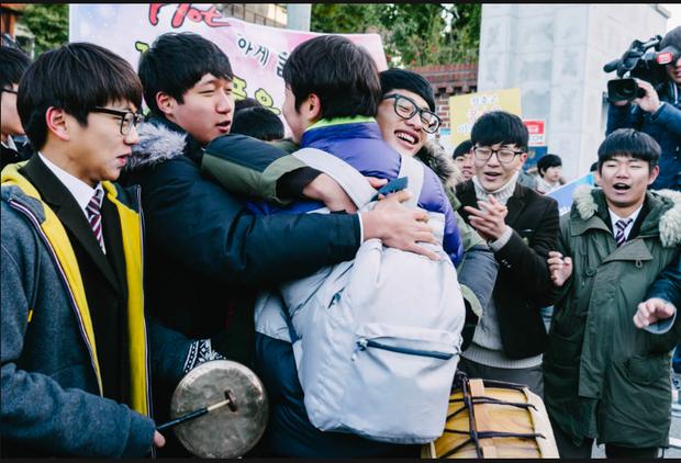 Những điều kỳ dị chỉ có trong kỳ thi ĐH ở Hàn Quốc: Tặng giấy vệ sinh để giải quyết đề nhanh gọn, ngủ quá 4giờ/ngày là thi trượt - Ảnh 11.