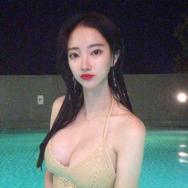 Bỏng mắt trước bạn gái kém 21 tuổi của cha đẻ BTS: Ngực siêu khủng, sexy khó tin, lại còn sống xa hoa - Ảnh 4.