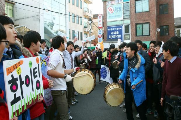 Các em khoá dưới cổ vũ anh chị lớp 12 thi ĐH ở Hàn Quốc: Cởi trần, quỳ lạy, hú hét như fan cuồng đón idol - Ảnh 2.