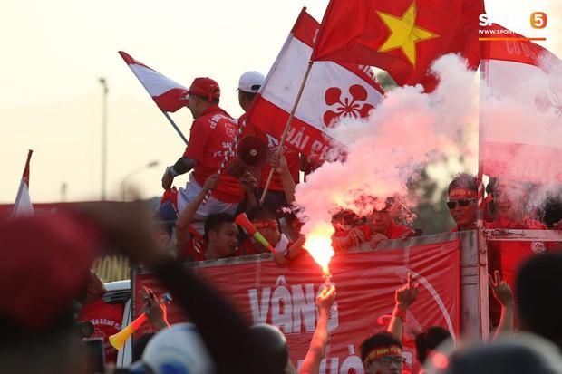 Mỹ Đình: Fan đốt pháo sáng bên ngoài sân trước trận Việt Nam Malaysia - Ảnh 5.