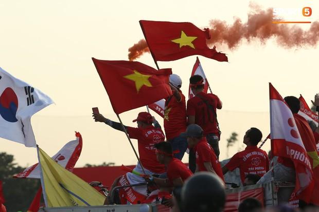 Mỹ Đình: Fan đốt pháo sáng bên ngoài sân trước trận Việt Nam Malaysia- Ảnh 3.