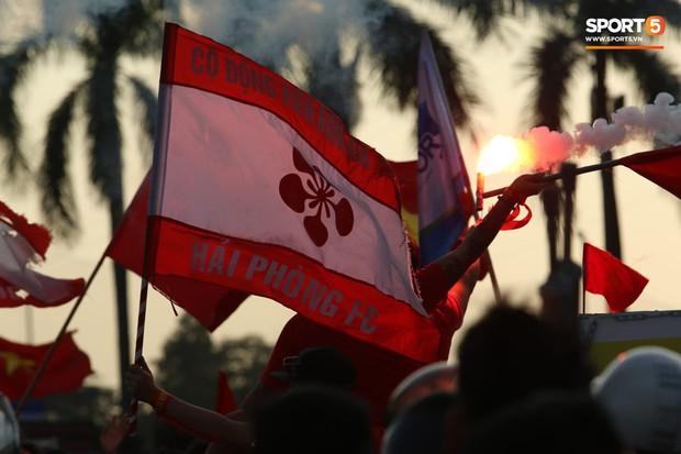 Mỹ Đình: Fan đốt pháo sáng bên ngoài sân trước trận Việt Nam Malaysia - Ảnh 6.