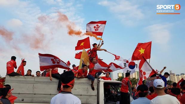 Mỹ Đình: Fan đốt pháo sáng bên ngoài sân trước trận Việt Nam Malaysia  - Ảnh 7.
