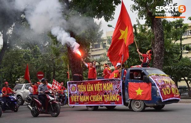 Mỹ Đình: Fan đốt pháo sáng bên ngoài sân trước trận Việt Nam Malaysia - Ảnh 2.