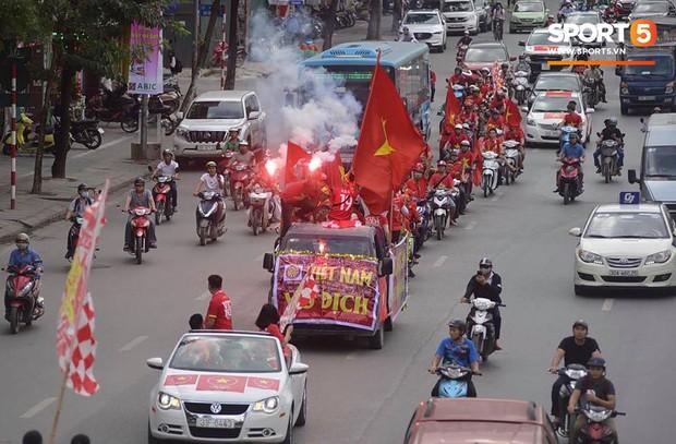 Mỹ Đình: Fan đốt pháo sáng bên ngoài sân trước trận Việt Nam Malaysia  - Ảnh 1.