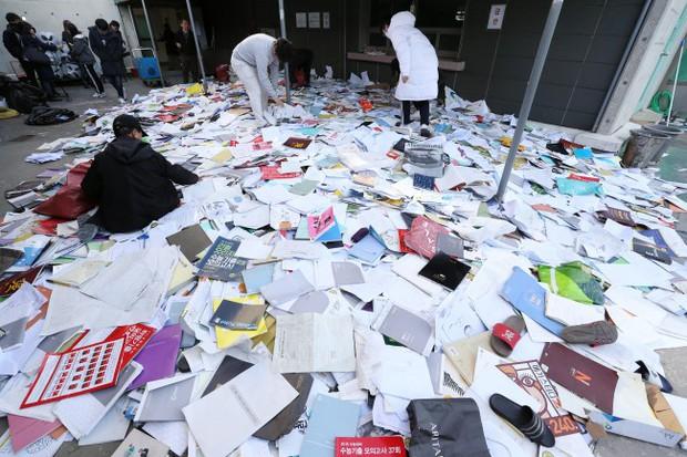 Hậu kỳ thi ĐH khốc liệt hàng đầu thế giới ở Hàn Quốc: Học sinh thi nhau vứt sách vở, quẩy tới bến chấm dứt 12 năm đèn sách - Ảnh 3.