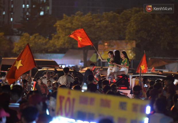 Hàng triệu CĐV cả nước ùa ra đường ăn mừng sau chiến thắng 2-0 của đội tuyển Việt Nam trước Malaysia - Ảnh 2.