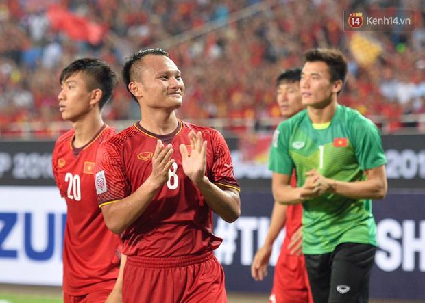 Sau trận đấu giữa Việt Nam và Malaysia, các cầu thủ đứng giữa sân giơ tay chào cảm ơn người hâm mộ kiểu Viking - Ảnh 4.