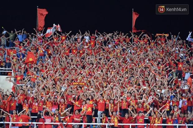 Sau trận đấu giữa Việt Nam và Malaysia, các cầu thủ đứng giữa sân giơ tay chào cảm ơn người hâm mộ kiểu Viking - Ảnh 6.