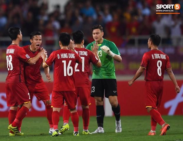 Sau chiến thắng trước Malaysia, Trọng Ỉn lại trở về bên vòng tay của Tư Dũng - Ảnh 2.