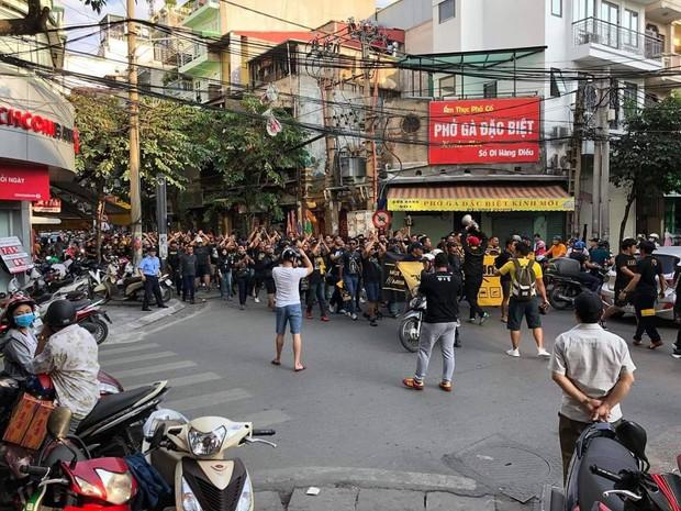 Clip: Cổ động viên Malaysia vừa đi vừa hát làm nóng cả đường phố Hà Nội trước trận gặp Việt Nam - Ảnh 2.