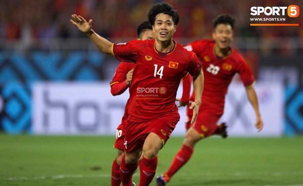 Việt Nam 2-0 Malaysia: Công Phượng, Anh Đức khiến biển đỏ Mỹ Đình vỡ òa cảm xúc - Ảnh 2.