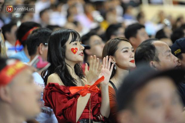 Người yêu Duy Mạnh, Tiến Dũng, Văn Đức... rạng rỡ trên khán đài cổ vũ trận Việt Nam - Malaysia - Ảnh 7.