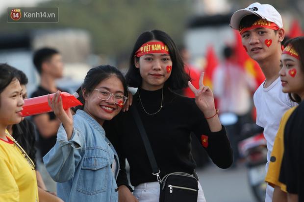 Loạt CĐV nữ xinh xắn chiếm spotlight trước đại chiến Việt Nam - Malaysia - Ảnh 7.