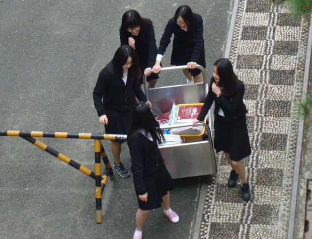 Hậu kỳ thi ĐH khốc liệt hàng đầu thế giới ở Hàn Quốc: Học sinh thi nhau vứt sách vở, quẩy tới bến chấm dứt 12 năm đèn sách - Ảnh 4.