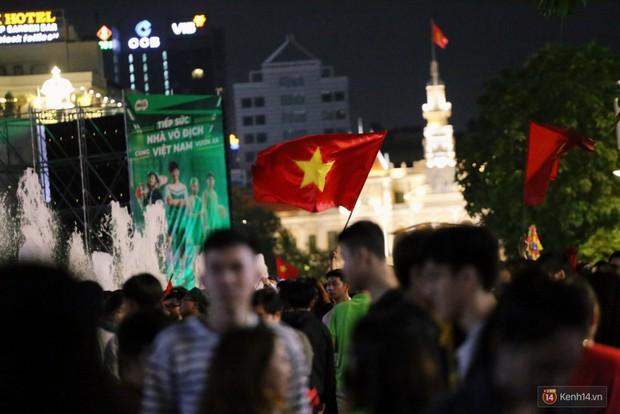 Phố đi bộ Nguyễn Huệ ngập rác, thức ăn thừa sau trận đấu giữa đội tuyển Việt Nam và Malaysia - Ảnh 1.