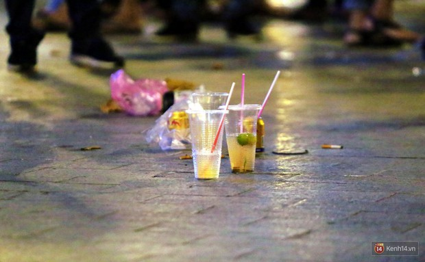 Phố đi bộ Nguyễn Huệ ngập rác, thức ăn thừa sau trận đấu giữa đội tuyển Việt Nam và Malaysia - Ảnh 12.