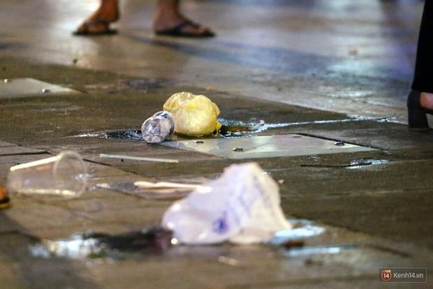 Phố đi bộ Nguyễn Huệ ngập rác, thức ăn thừa sau trận đấu giữa đội tuyển Việt Nam và Malaysia - Ảnh 11.