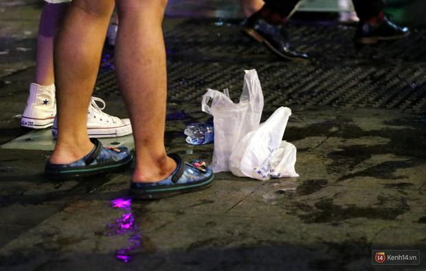 Phố đi bộ Nguyễn Huệ ngập rác, thức ăn thừa sau trận đấu giữa đội tuyển Việt Nam và Malaysia - Ảnh 10.